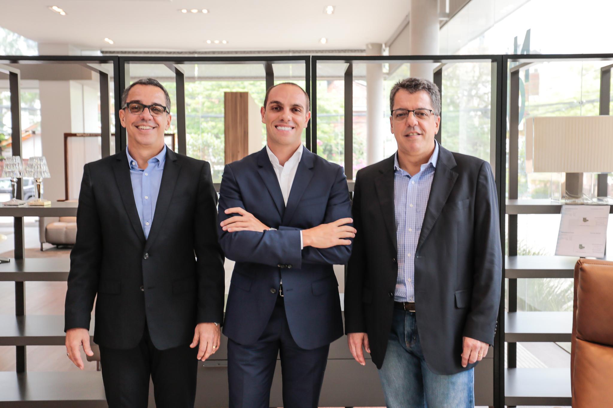 André Araujo Santos, Jacson Bortagaray sales manager da Natuzzi no Brasil e Felipe Araujo Santos ©2017_ViniDallaRosa_ALTA-9613.jpg